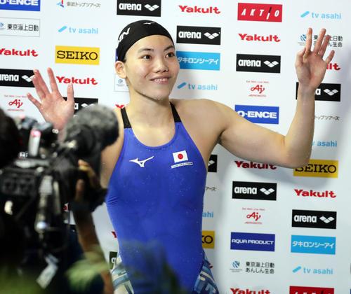 女子100 メートル 平泳ぎで銅メダルを獲得し、笑顔で手を振る青木(撮影・浅見桂子)