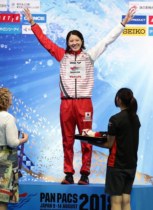 女子400 メートル 個人メドレーで金メダルを獲得した大橋は、スタンドの声援に笑顔で手を振る(撮影・浅見桂子)