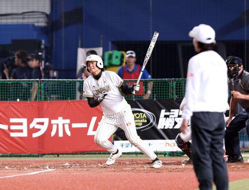 日本対米国 2回表日本1死一、二塁、左前に先制適時打を放つ我妻(撮影・河野匠)