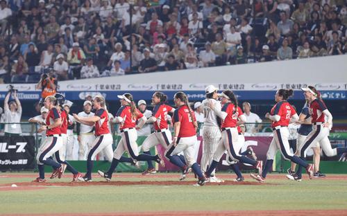 日本対米国 10回裏米国2死二、三塁、スチュワートにサヨナラ打を浴び、がっくりと天を仰ぐ上野(撮影・河野匠)