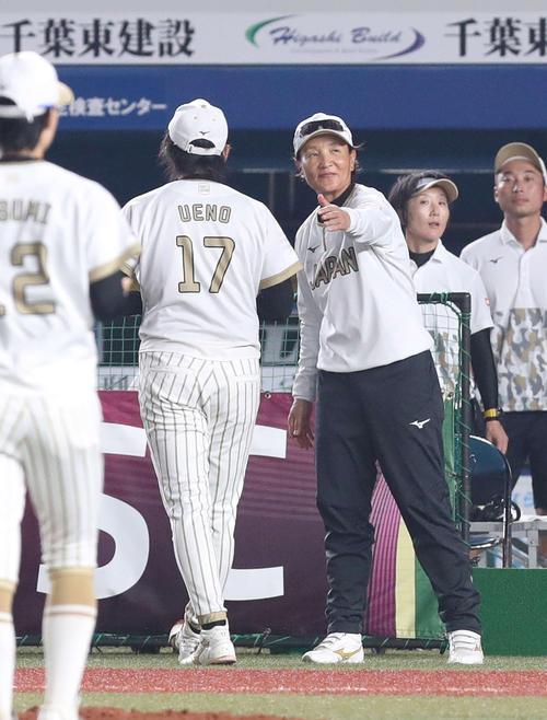 日本対米国 10回裏米国2死二、三塁、スチュワートにサヨナラ打を浴びた上野(左)を迎える宇津木監督(撮影・河野匠)