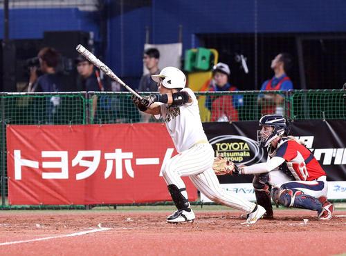 日本対米国 3回表日本2死一塁、右翼線に適時三塁打を放つ山本(撮影・河野匠)