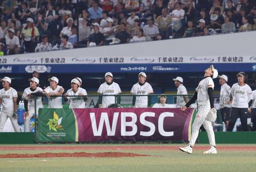 日本対米国 3回裏米国2死一、二塁、スポールディングに右越え3点本塁打を浴び、天を仰ぐ上野(撮影・河野匠)