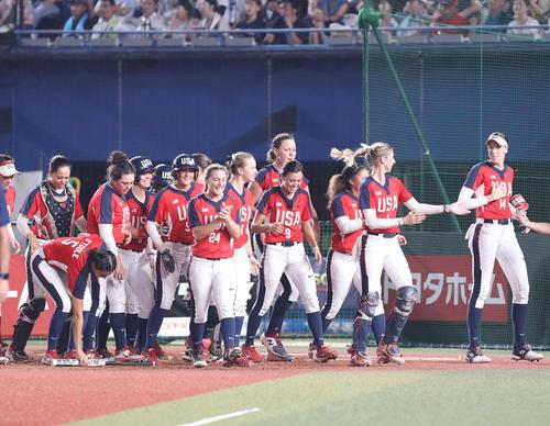 日本対米国 3回裏米国2死一、二塁、スポールディングが右越え3点本塁打を放ち、喜ぶ米国ナイン(撮影・河野匠)