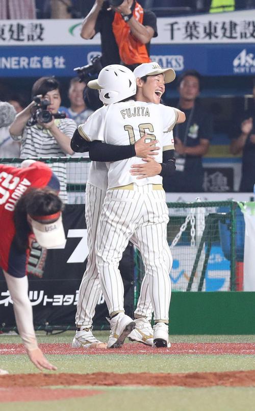 日本対米国 10回表日本無死二塁、勝ち越し2点本塁打を放った藤田を抱きしめる上野(撮影・河野匠)