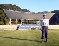 建設にも携わった釜石鵜住居復興スタジアムに立つ石山次郎さん