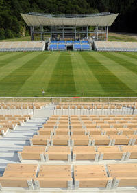 釜石鵜住居復興スタジアムのバックスタンド(手前)には地元の間伐材を使用したウッドシートが並ぶ