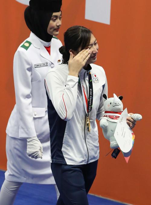 女子50メートル自由形の表彰式を終え、涙をぬぐいながら引き揚げる池江(撮影・河野匠)
