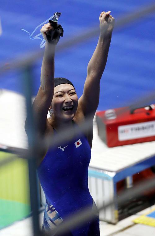 女子50メートル自由形で優勝し、満面の笑みでガッツポーズを見せる池江(撮影・河野匠)