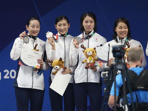 女子800メートルリレーで2位となり銀メダルを手に記念撮影に納まる日本チーム。左から五十嵐、池江、大橋、白井(撮影・河野匠)2018年8月21日