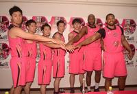 手を合わせて健闘を誓う秋田メンバー。左から野本、下山大、成田、俊野、下山貴、ウィリアムス、キーナン