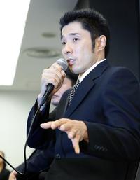 謝罪会見で、それぞれの質問に丁寧に答える速見コーチ(撮影・浅見桂子)