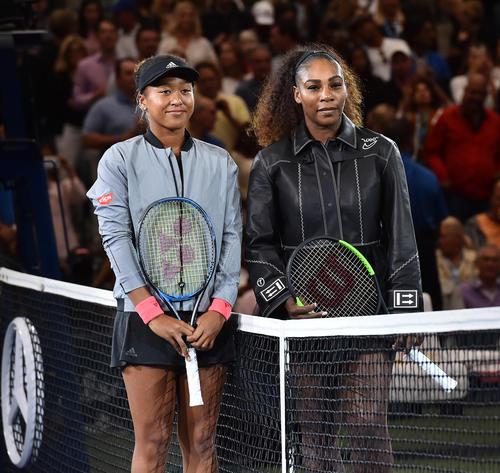 女子シングルス決勝を前に対戦者S・ウィリアムズ(右)と記念写真に納まる大坂(撮影・菅敏)