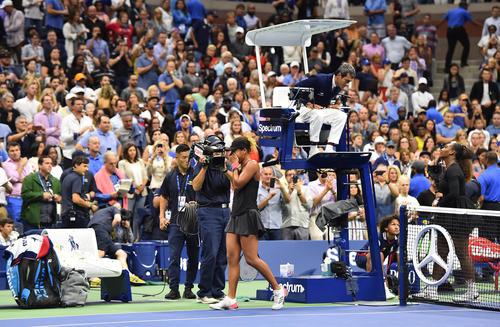 全米オープンを制し、審判に抗議するS・ウィリアムズを背に涙を流す大坂(撮影・菅敏)