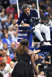 女子シングルス決勝の第2セット、審判に猛抗議するS・ウィリアムズ
