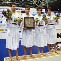 男子800メートルリレー3連覇の明大チーム。左から吉田、内田、溝畑、松元(撮影・吉池彰)