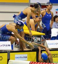 女子800メートルリレーで優勝し、喜ぶ神奈川大チーム(撮影・吉池彰)