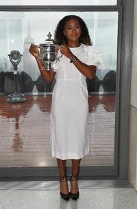 米オープン制覇から一夜明け、白いドレスを身にまとい、さわやかな表情で記念写真に納まる大坂(撮影・菅敏)