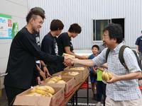 札幌市厚別区でバナナを配布する折茂(手前)らレバンガ北海道の選手たち(撮影・浅水友輝)