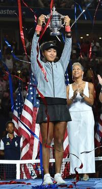 全米オープンを制覇し、トロフィーを掲げる大坂(撮影・菅敏)