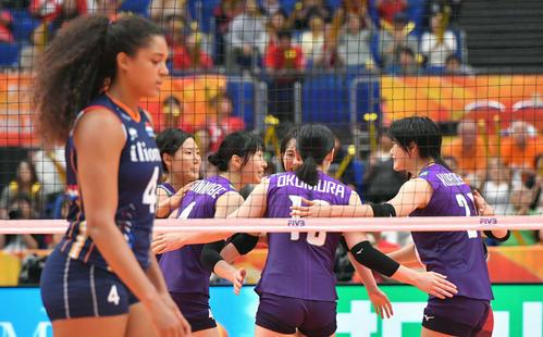 日本対オランダ 第2セット、ポイントを奪い喜ぶ日本チーム(撮影・滝沢徹郎)