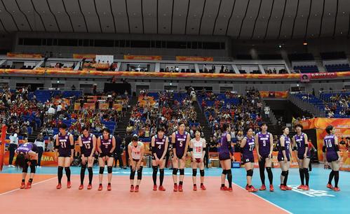 日本対オランダ オランダに敗れた日本チームは応援席にあいさつする(撮影・滝沢徹郎)