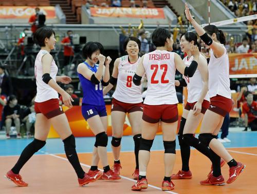 プエルトリコにストレート勝ちし、喜ぶ日本の選手たち(共同)