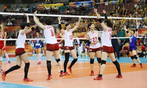 全勝のセルビアに勝利し、喜ぶ奥村、田代、小幡ら日本(共同)