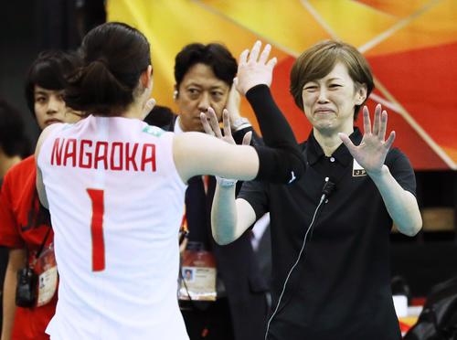 全勝のセルビアに勝利し、笑顔で長岡(左)を迎える中田監督(共同)