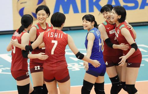 日本対ブラジル 第1セットを奪い、喜ぶ古賀(右端)ら日本(共同)