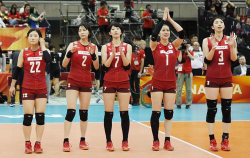 ブラジルに敗れたものの3次リーグ進出を決め、声援に応える長岡ら日本(共同)