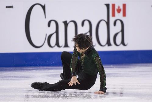 スケートカナダ男子フリー ジャンプの着氷時に転倒する友野一希(AP)