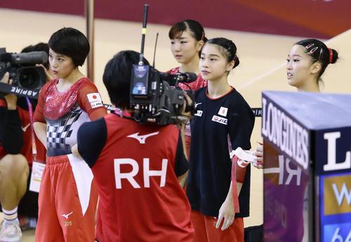 女子団体総合決勝の演技を終え、厳しい表情の村上茉愛(左端)ら(共同)