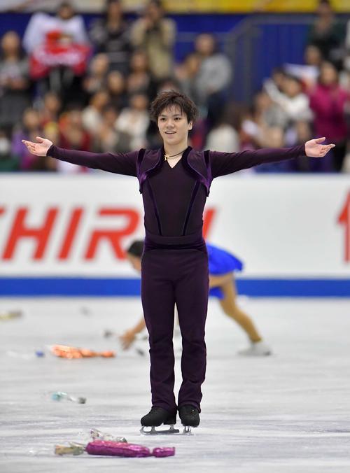 SPで華麗な演技を見せた宇野昌磨はファンの大歓声に笑顔を見せる(撮影・上田博志)