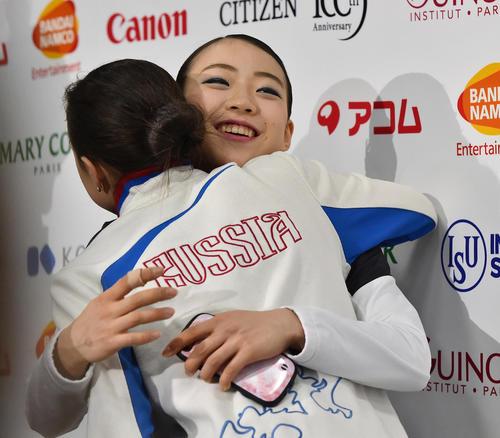 グランブリファイナル女子SPを終え、会見場でザギトワ(左)とハグする紀平(撮影・菅敏)