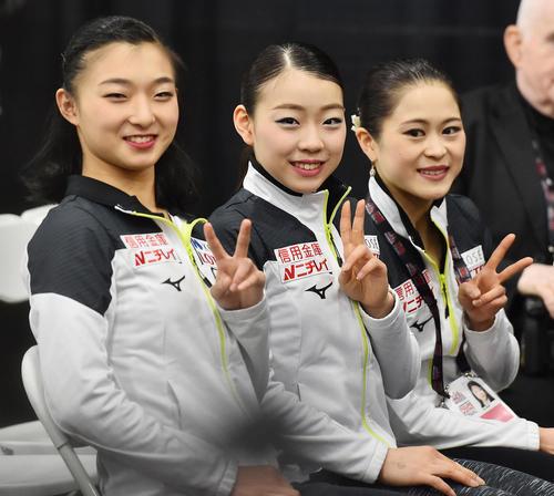 グランブリファイナル女子SPを終え、坂本(左)、宮原(右)と笑顔でピースサインをする紀平(撮影・菅敏)