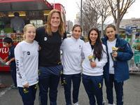 決勝戦の会場を訪れたハンナ・マウンシー(左から2人目)とオーストラリア代表のチームメート