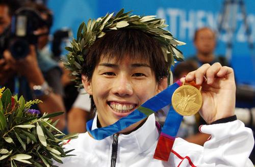 女子レスリング55キロ級 表彰式で金メダルをかざす吉田(04年撮影)