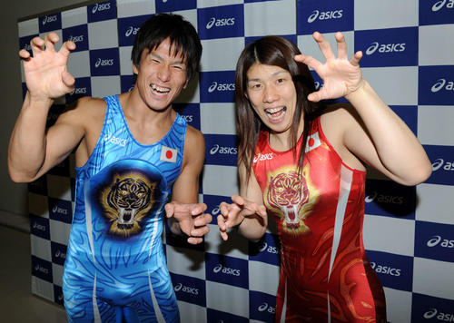 「ガオーッ」。虎が描かれた新ユニホームを着て、虎ポーズを決める湯元健(左)と吉田(2012年撮影)