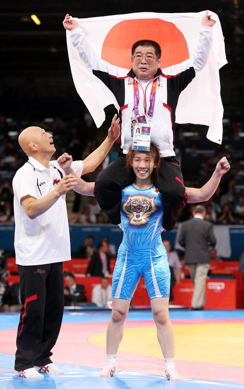 金メダルを獲得し、栄勝コーチを肩車する吉田(2012年撮影)