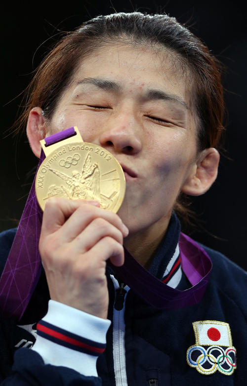 女子55キロ級決勝 表彰式で金メダルにキスする吉田(2012年撮影)