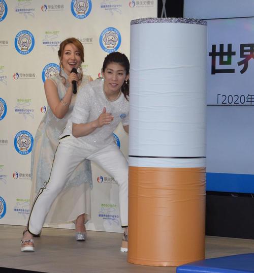 「世界禁煙デー」記念イベントに出席し、巨大タバコにタックルしようと構える吉田沙保里(右)と平原綾香(2017年撮影)