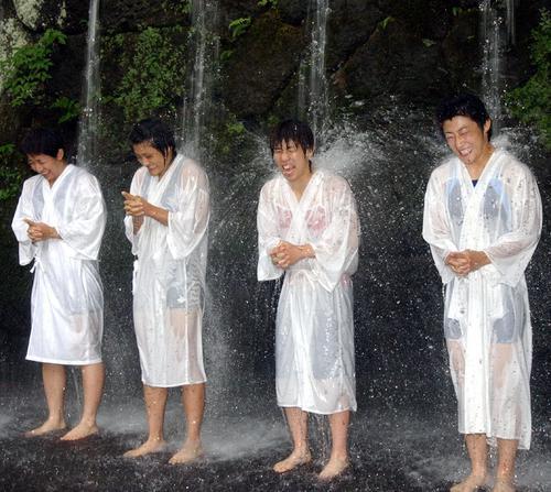 滝に打たれ、絶叫する左から浜口、伊調馨、吉田、伊調千春(2004年撮影)