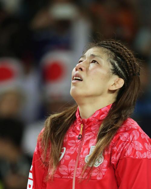 五輪4連覇を逃した吉田は、表彰式で目に涙をため天を見上げる(2016年撮影)