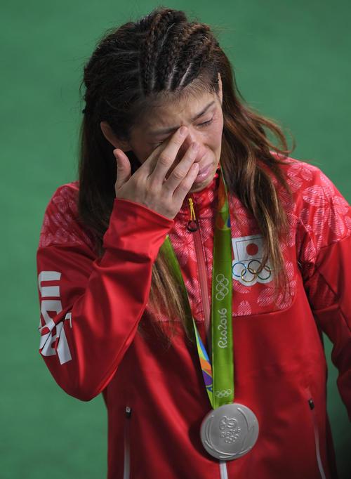 フリースタイル女子53キロ級で五輪4連覇を逃した吉田は、銀メダルを首に泣きながら引き揚げる(2016年撮影)