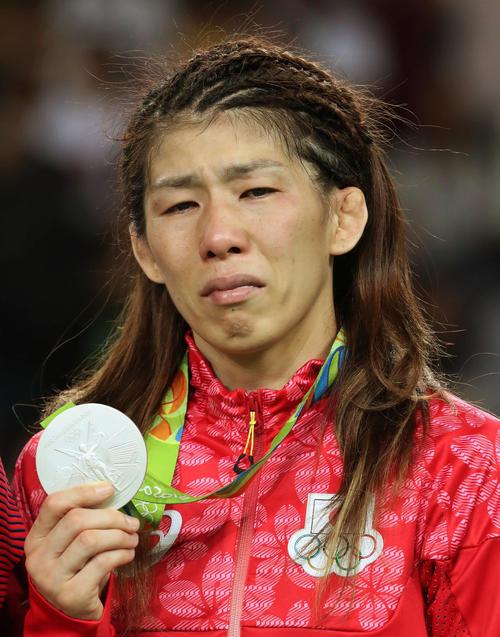 吉田沙保里は五輪4連覇ならず、涙目で銀メダルを手にする(2016年撮影)