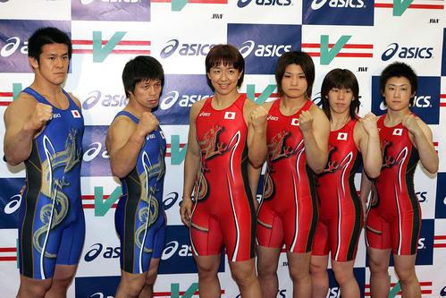ユニホームを披露するレスリング代表。左から松本慎吾、笹本睦、浜口京子、伊調馨、吉田沙保里、伊調千春(08年撮影)