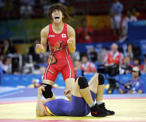 中国の許莉(下)に勝利して金メダルを獲得し絶叫する吉田沙保里(08年撮影)