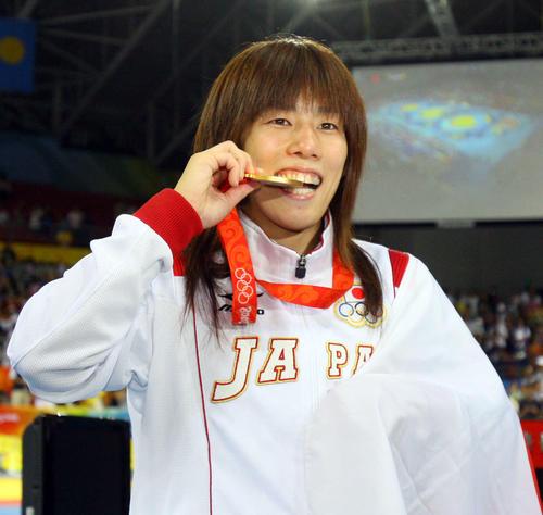 金メダルをかじるポーズをとる吉田沙保里(08年撮影)