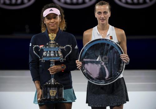 女子シングルスで優勝し、トロフィーを手にする大坂(左)と、準優勝のクビトバ(撮影・PIKO)
